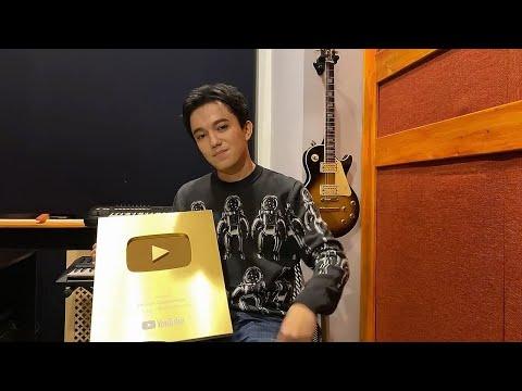 [SUB] Dimash received the YouTube Golden button! Димаш получил Золотую кнопку от Ютуба!