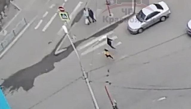 Две девочки решили перебежать дорогу и угодили под колеса иномарки