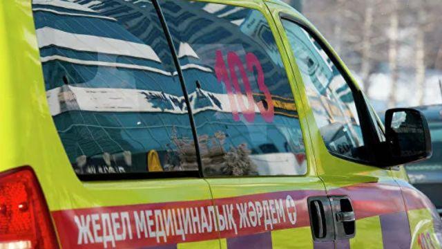 «Как на катке»: Казахстанка с ребенком-инвалидом поскользнулась на входе в больницу