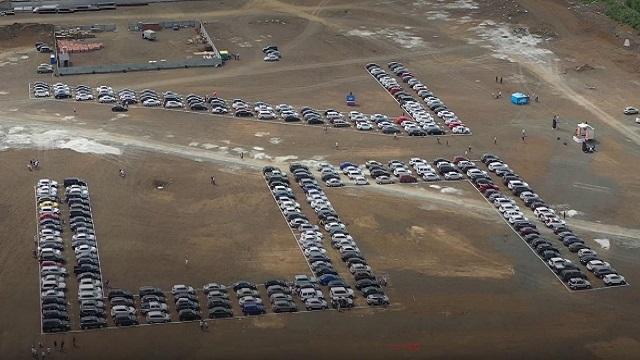 В Кемерове 300 машин выстроились в виде числа 75 и установили рекорд
