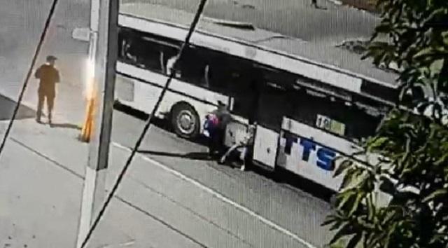 «Избежать трагедии удалось»: В Костанае ребенка зажало дверями автобуса