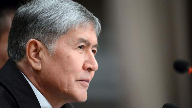 Митингующие освободили из тюрьмы бывшего президента Кыргызстана Алмазбека Атамбаева
