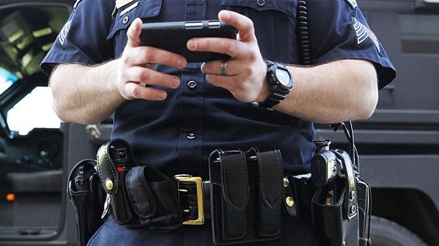 Полицейский отнял у девушки телефон и переслал себе ее эротические снимки
