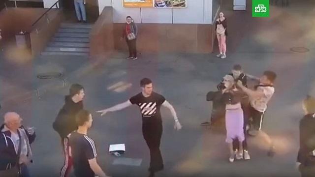 В Санкт-Петербурге подростки у метро избили беременную женщину и ее мужа