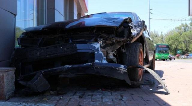 Видео: Попавший в ДТП автомобиль едва не сбил коляску с ребенком на тротуаре