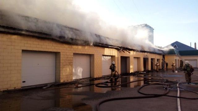 30 огнеборцев тушили гаражи в Костанае