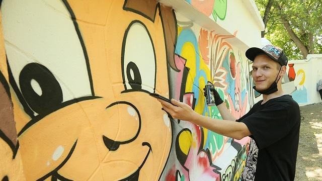 «Граффити от молодежи»: Забор в Центральном сквере Костаная засверкал новыми красками