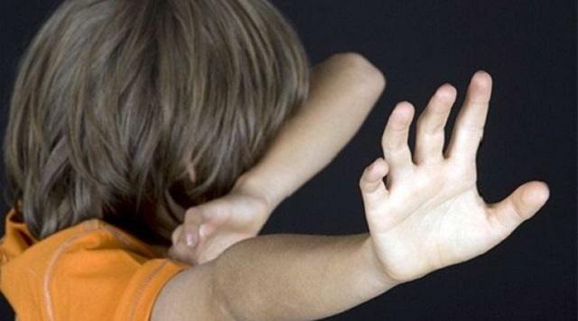 Женщина избивала ногами малолетнюю дочь и попала на видео