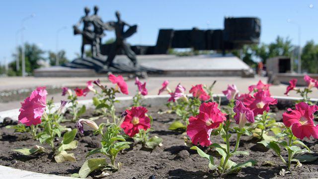 На клумбах перед памятником Первоцелинникам в Костанае высадили цветы