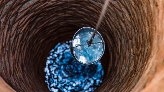 «Ни холодной, ни горячей»: Жители двух микрорайонов в Костанае сидят без воды