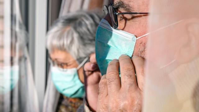 Ученые выяснили, почему COVID-19 наиболее опасен для пожилых людей