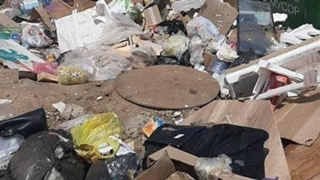 «Опасный для жизни запах»: Житель Костаная рассказал о люке, заваленном горами мусора