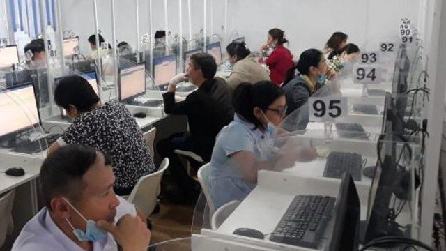 Педагогов поймали со шпаргалками при сдаче аттестационных тестов в Казахстане