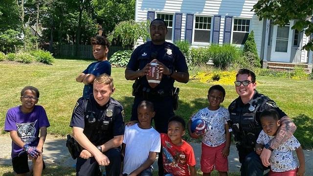 Из-за играющих на улице детей вызвали полицейских. Они присоединились к веселью