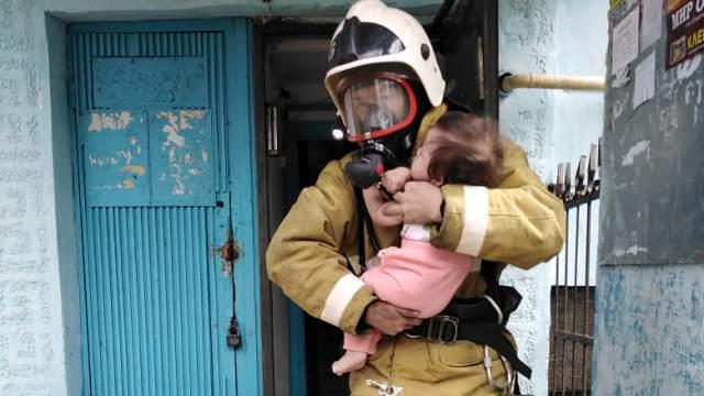 В Костанае пожарные эвакуировали малыша из горящей квартиры