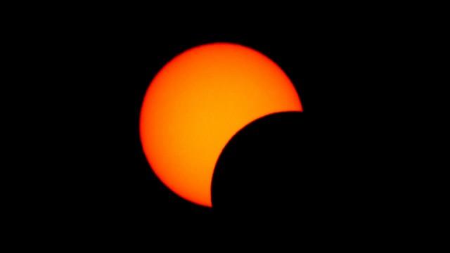Фотографиями солнечного затмения делятся жители Казахстана