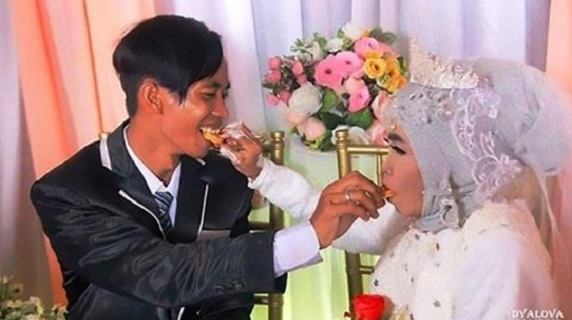 Усыновившая год назад юношу женщина вышла за него замуж