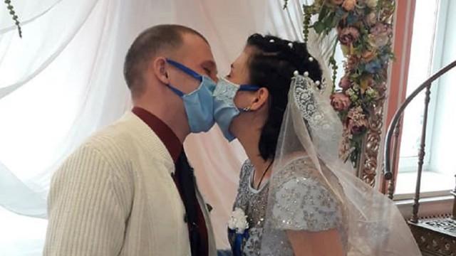 «Даже колец не было». Как казахстанцы женятся во время пандемии