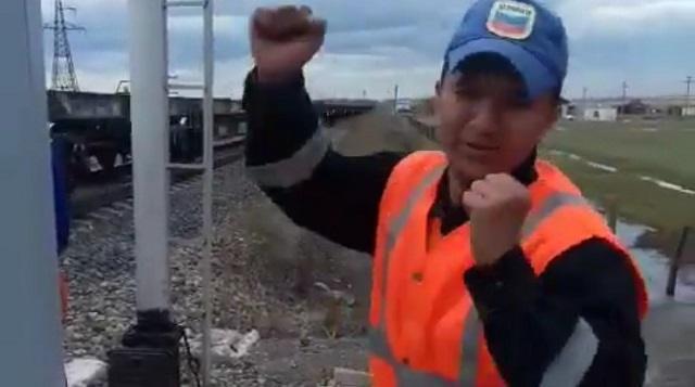 «Подарили машину после ролика». Сеть восхитил танец казахстанского железнодорожника