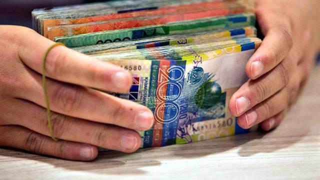 «Только без рук»: Какие банкноты перестанут принимать в Казахстане с 1 февраля