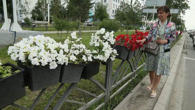 Горшки с цветами украсили улицы Костаная
