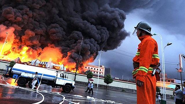 Взрывы в центре Москвы: на Лужнецкой набережной загорелся склад пиротехники