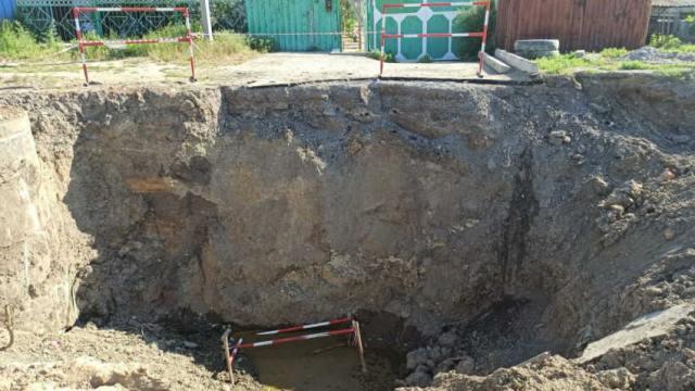 «Год прошёл, а яму не закопали!» На опасную недоделку пожаловались жители Костаная