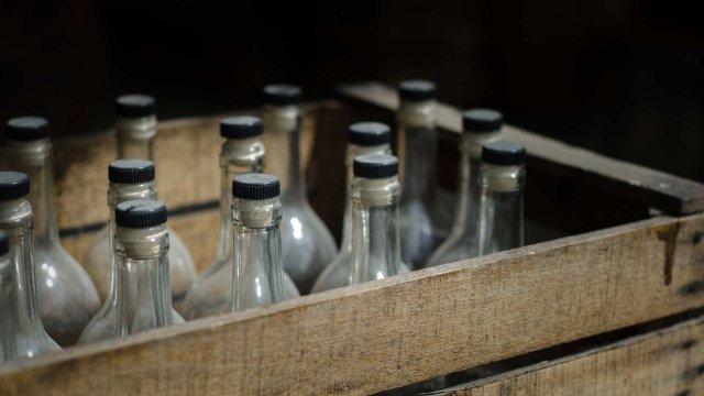 Почти 1500 бутылок водки с поддельными марками попытались продать в Костанайской области