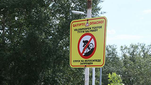 «Ударилась головой»: После гибели женщины на Набережной в Костанае установлен запретительный знак