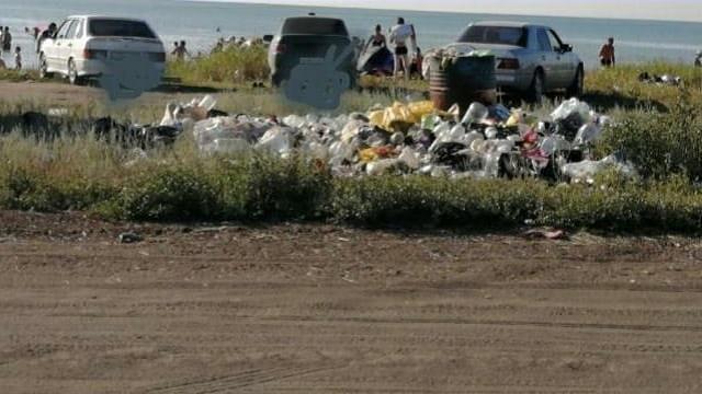 «Так и живём…»: Горы мусора остаются после посещения жителями Костаная озера Аккабак