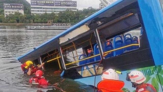 При падении автобуса с моста в воду погибло более 20 школьников