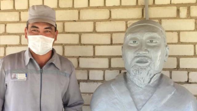 Изготовленный в колонии бюст Абая Кунанбаева подарили сельской школе