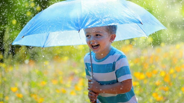 Почему дождевики и резиновые сапоги опасны для здоровья