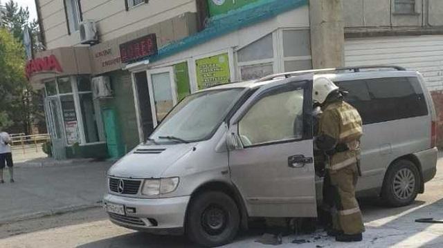 В центре Костаная загорелся микроавтобус