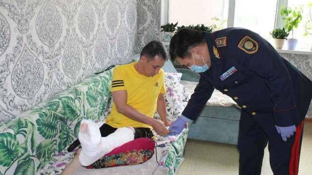 Прыгнувший с 13 этажа за педофилом сотрудник полиции получил награду в Казахстане