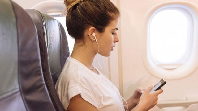Почему на борту самолета опасно использовать наушники