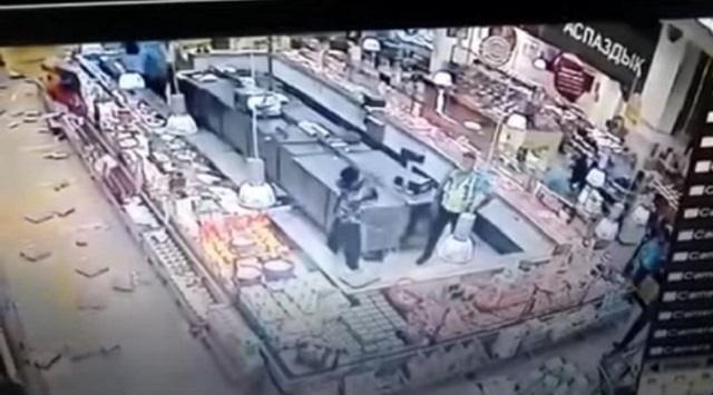 «Размахивая ножом»: Устроенный покупательницей в супермаркете Нур-Султана погром попал на видео