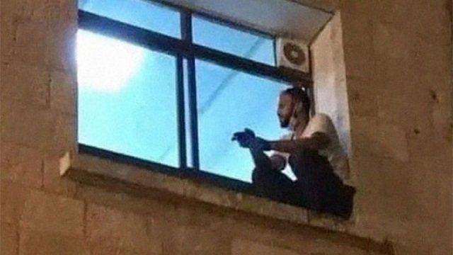 Сын днем и ночью сидел за окном больницы, глядя на умирающую мать