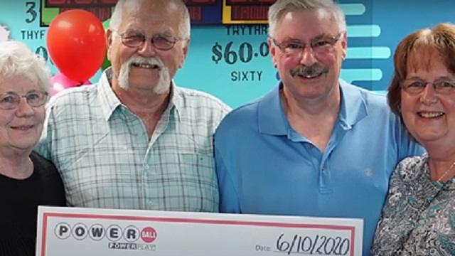Мужчина сорвал джекпот в лотерею и отдал половину денег из-за уговора 28-летней давности
