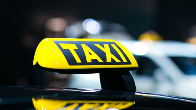 Таксист взял деньги с пенсионера за доставку посылки из Лисаковска в Костанай и исчез