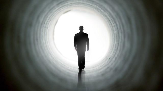 Во время клинической смерти мужчина увидел два тоннеля. Но ему не разрешили в них войти