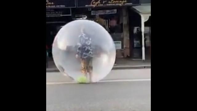 Видео: Мужчина в пузыре решил вопрос защиты от коронавируса радикально