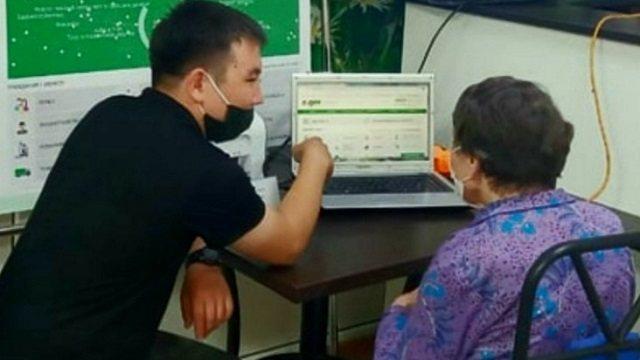 Постояльцев домов престарелых в Костанайской области научили пользоваться интернетом