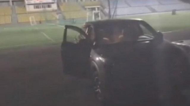 Пьяный казахстанец на машине гонялся за людьми на стадионе
