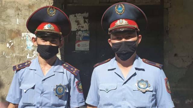Герои среди нас. Что известно о полицейских, спасших людей из горящей пятиэтажки в Рудном?