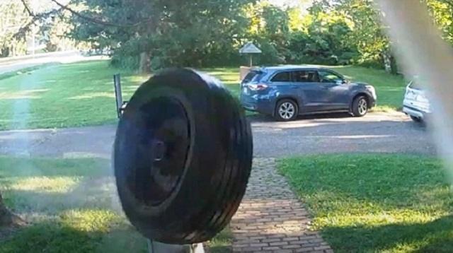 Видео: Оторвавшееся во время движения авто колесо «позвонило» в дверь