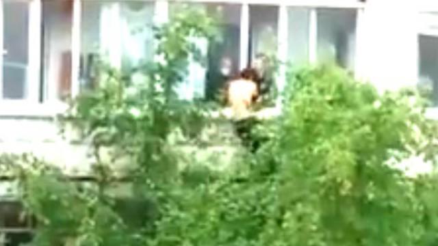 Видео: В Костанае пьяный мужчина пытался сброситься с 4 этажа