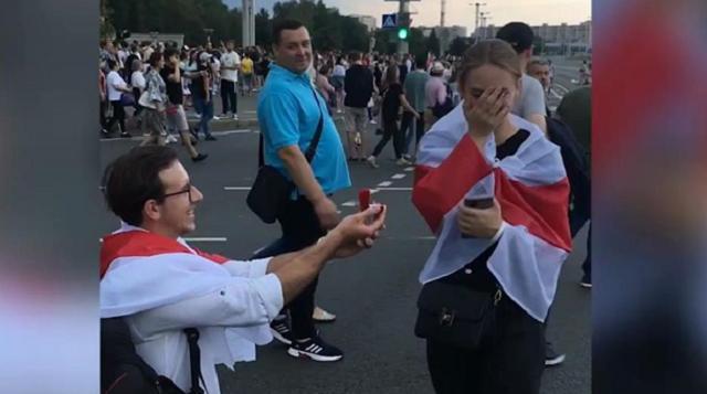 Видео: На акции в Минске парень предложил девушке руку и сердце