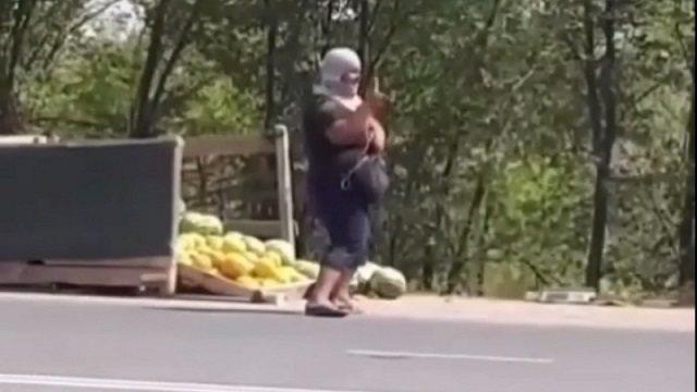 Креативный продавец арбузов завлекает клиентов необычным способом в Уральске