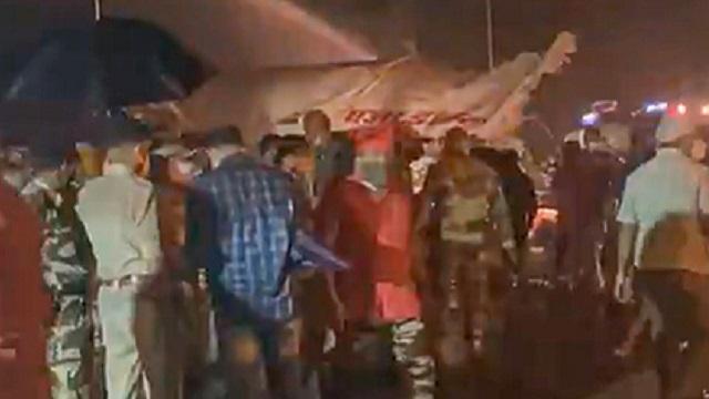 Видео: Самолет со 191 человеком на борту потерпел крушение в Индии